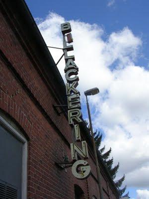 """Husfasad med trasig neonskylt: """"billackering"""". foto: Reb Dutius"""