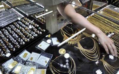 Kegiatan transaksi emas di sejumlah toko emas maupun dilakukan pedagang pinggiran jalan di kota Ambon, terlihat relatif sepi.