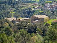 Aproximació fotogràfica a Cal Vila, El Grapal i La Galera des del camí de l'Alzina de Merola