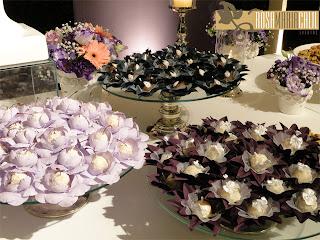 forminhas de doce tons lilás e verde, vasos de porcelana, bandeja de vidro e prata, decoração, casamento