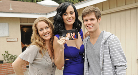 http://2.bp.blogspot.com/-EmSjg_X_WPk/T_4oP6qTYOI/AAAAAAAAAqw/pccfgIXiPoE/s1600/Katy-Perry-David-Hudson-family-older-sister-younger-brother.jpg