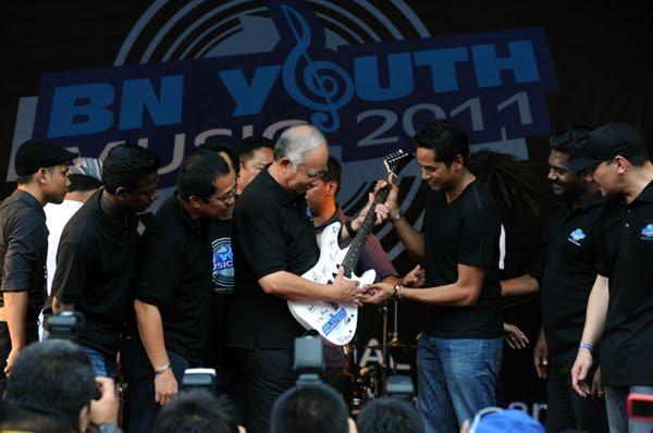 http://2.bp.blogspot.com/-EmV7Q-jpLIQ/T1Tmqd2uMMI/AAAAAAAAaIk/hCW3rQweix0/s1600/Najib+main+gitar.jpg