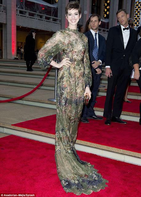 Gaun Tembus Pandang Anne Hathaway yang Menggoda