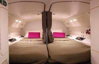 Gambar tempat tidur pramugari dalam pesawat1
