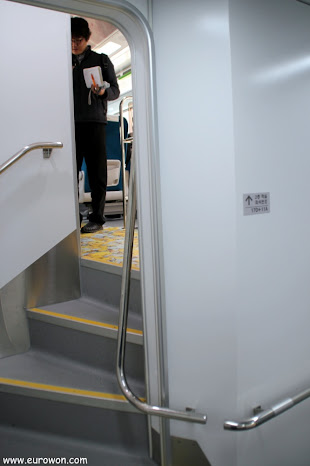 Escaleras de subida en un vagón de dos pisos del tren ITX