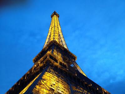 La Torre Eiffel. Paris. Que visitar en París. La Torre Eiffel fue en su tiempo el edificio más alto del mundo, con 300 m de altura, hoy más de 320 m, al haberse añadido las antenas de la Radiotelevision Francesa.