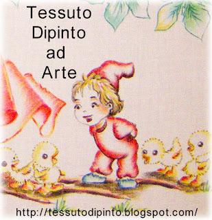 Particolare ingrandito gnomo e pulcini dipinti su stoffa