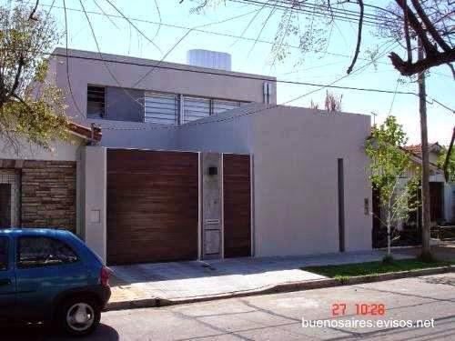 Fachada de una casa contemporánea entre medianeras en Martinez, Buenos Aires