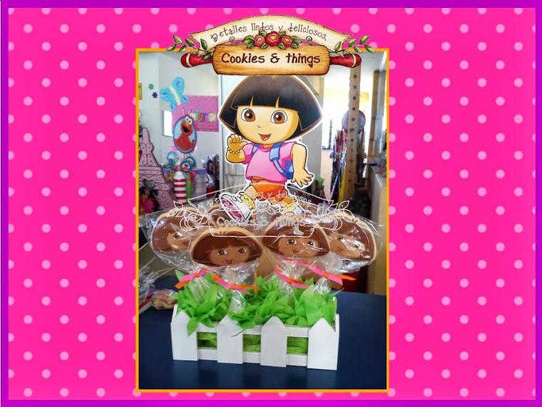 Centro de mesa con galletas de Dora la exploradora