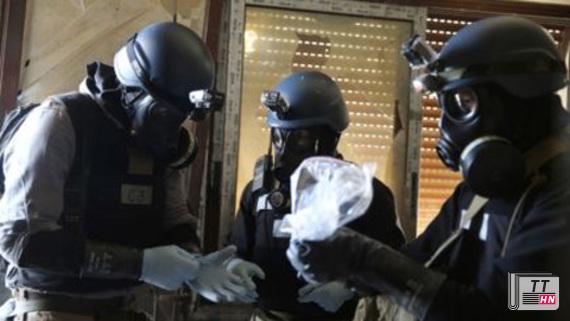 Các thanh sát viên viên LHQ kiểm tra mẫu vũ khí hóa học tại Syria (Ảnh: AP)