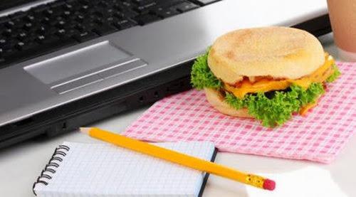 ¿Por qué es peligroso comer en la computadora?