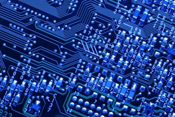 Chip com circuito eletrônico azul