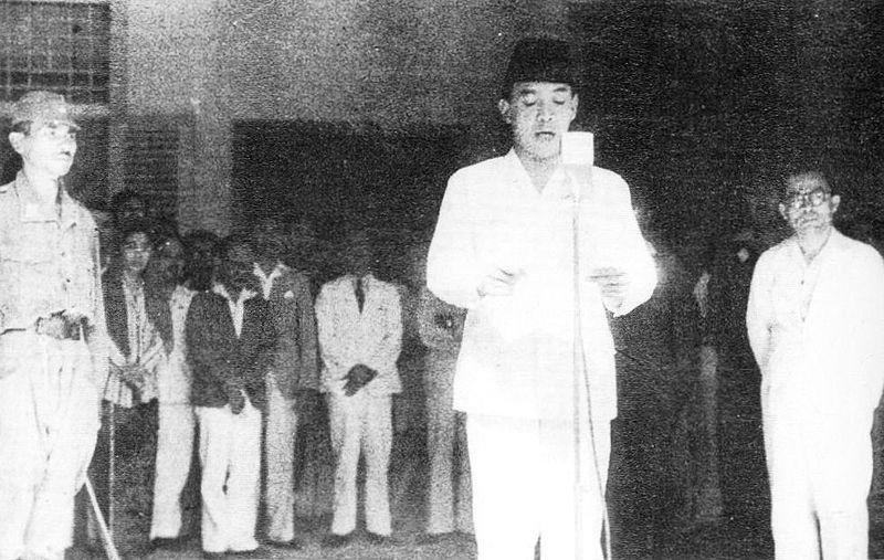 Pembacaan teks proklamasi oleh Ir. Soekarno. Sumber: Wikipedia