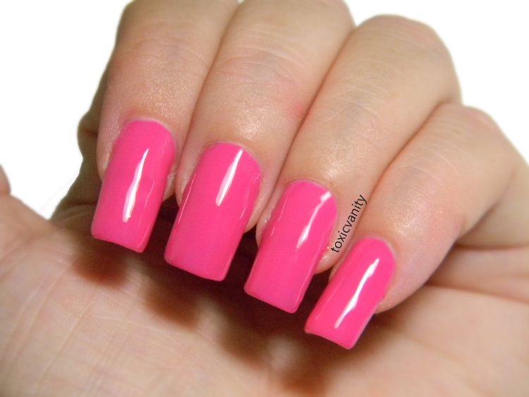 Si Barbie tuviera un esmalte de uñas ése sin duda alguna sería el tono 22. Vívido, brillante, femenino Necesario para las amantes del rosa.