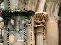 Detall de les columnes acanalades amb fulles d'acant i capitell escacat amb ocells, de la portalada de Sant Fèlix de Canovelles