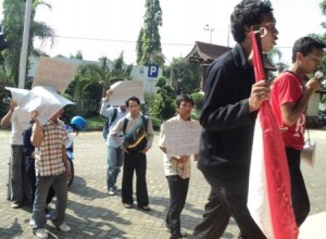 Berita Akhir Pekan : Mahasiswa Unirow Tuntut Purek III Mundur