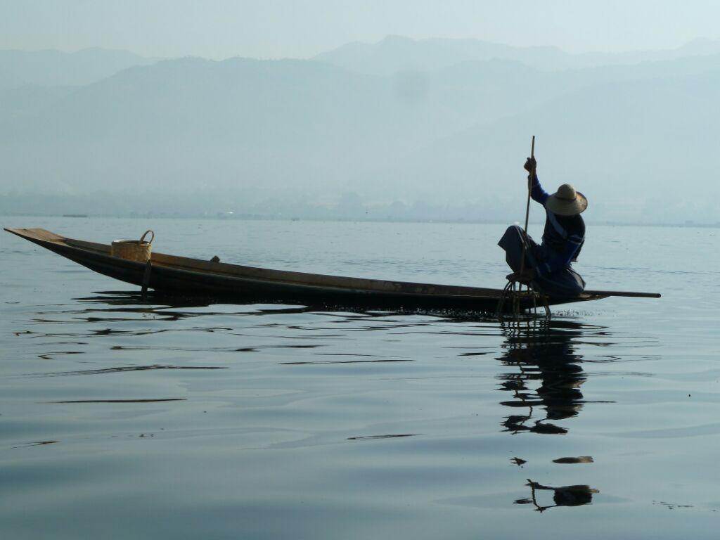 Pêcheur solitaire dans la brume matinale du lac Inle
