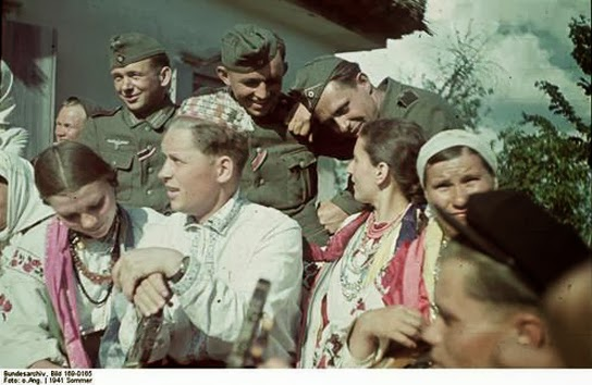 Bundesarchiv_Bild_169-0165_2C_Bei_Poltawa_2C_Ukrainier_in_Nationaltracht сент 1941