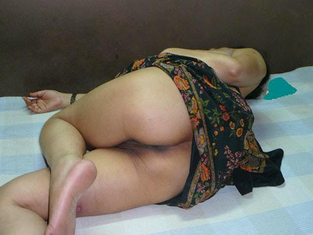 Sexy aunty hiking saree showing pussy Photo Gallery   nudesibhabhi.com
