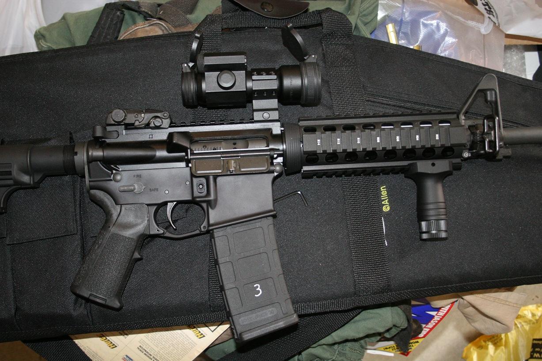 Fotografía de un fusil de asalto con una mira y una empuñadura extra.