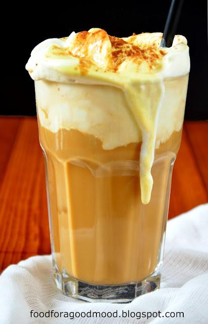 Kawa mrożona to wspaniały wynalazek. W gorący dzień przyjemnie orzeźwi, w pochmurny poprawi humor. A że dziś pierwszy dzień jesieni, to poniższy przepis jak znalazł :) Przetestujcie koniecznie ten pyszny czasoumilacz póki jeszcze nie jest zbyt zimno ;)