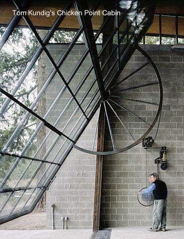 Portón levadizo con vidrios partidos en una cabaña moderna