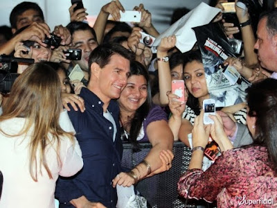 tom cruise dio dinero a la gente para que lo aplauda y sean fans