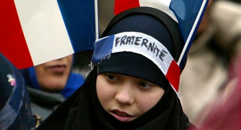 أستاذ فرنسي يخلع ملابسه بعدما منعه طلاب من نزع حجاب فرنسية مسلمة.