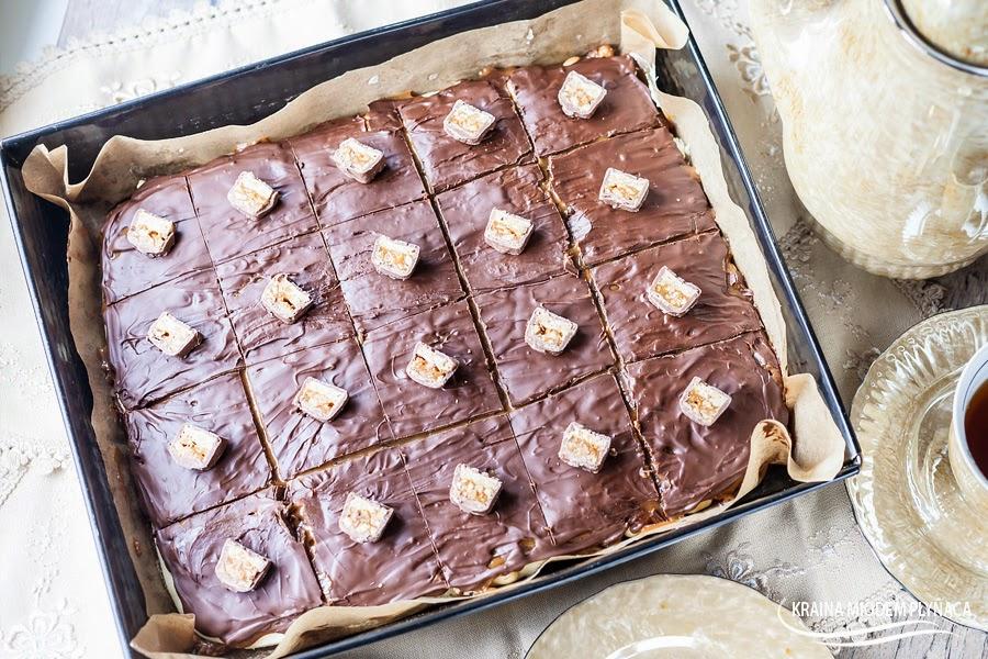 snickers bez pieczenia, ciasto z orzechami karmelem i masą z mleka w proszku, karmel, orzechy ziemne, masa z mleka w proszku, mleko w proszku, ciasto przekładane