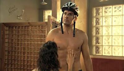 Escena del episodio 204 de la serie Con el culo al aire donde se vé al opositor sin camiseta y Candela frente a el.