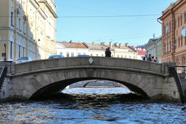 Enamorados sobre el puente en San Petersburgo