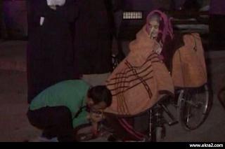 صورة مؤثرة..شاب يحاول أن يدفىء أمه..انظروا ماذا فعل!