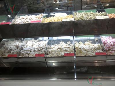 Vitrina con las modalidades de pasta ofertadas.
