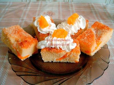 Barackos citromos sütemény, tejtermék mentes süti, tejszínhabbal és barack darabokkal a tetején.