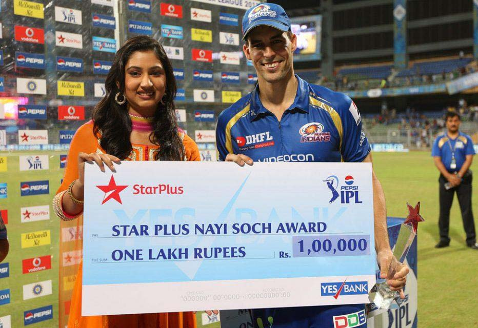 Mitchell-Johnson-Nayi-Soch-Award-MI-vs-RCB-IPL-2013