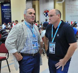 Échecs à Istanbul : Garry Kasparov en compagnie de l'entraîneur russe Yuri Dokhoian © site officiel