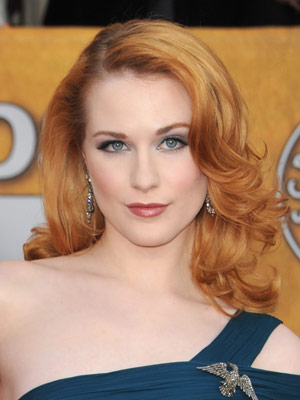 A sultry side-part and smooth roots give way to piece-y curls in Evan Rachel Wood's red-haute hairstyle.
