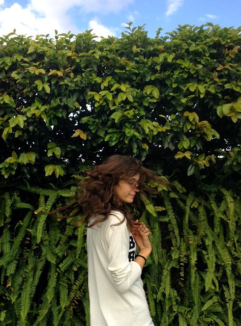 Cabelos esvoaçantes e folhas