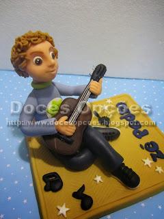 Topo bolo menino a tocar viola aniversário