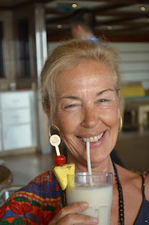 """""""Comienza el día con una sonrisa,verás lo divertido que es ir  desentonando con todo  el mundo"""" Q."""