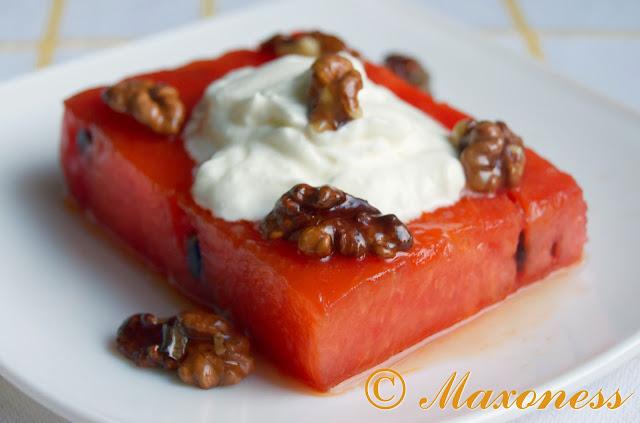 Жареный арбуз с йогуртом и карамелизованными орехами. Греческая кухня.