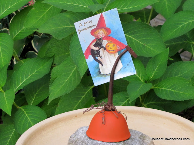 Rustic pumpkin photo holder made from an oil can for fall and Halloween  via houseofhawthornes.com