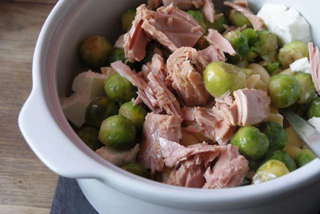 Szybki obiad, szybkie przepisy, ekspresowe dania, ekspresowe przepisy, szybkie dania, Makaron z brukselką i tuńczykiem, brukselka przepisy, tuńczyk przepisy, przepisy z kozim serem, sezonowe dania, sezon na brukselkę