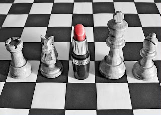 La escuela, caja de resonancia que reproduce los aconteceres del medio social: ¿Se convierte en cómplice del sistema cuando auspicia, patrocina y promueve la realización de reinados?