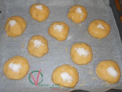 Formar las tortas y cubrirlas con huevo batido y azúcar.