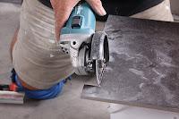 Для того, чтобы уменьшить количество пыли, во время вашей работы по вырезанию бетона, можно попросить кого-нибудь подавать воду на алмазный диск. Для этого подойдет бутылка с водой с дыркой или пульверизатор, используемый для поливания цветов в квартире. Пусть пока вы режете бетон, ваш помощник будет брызгать на алмазный круг воду.  Кстати, таким способом вы не только можете уменьшить количество пыли при резке бетонных стен или перекрытий, но и обеспечите своему алмазному отрезному диску дополнительное водяное охлаждение, тем самым увеличите его срок службы.
