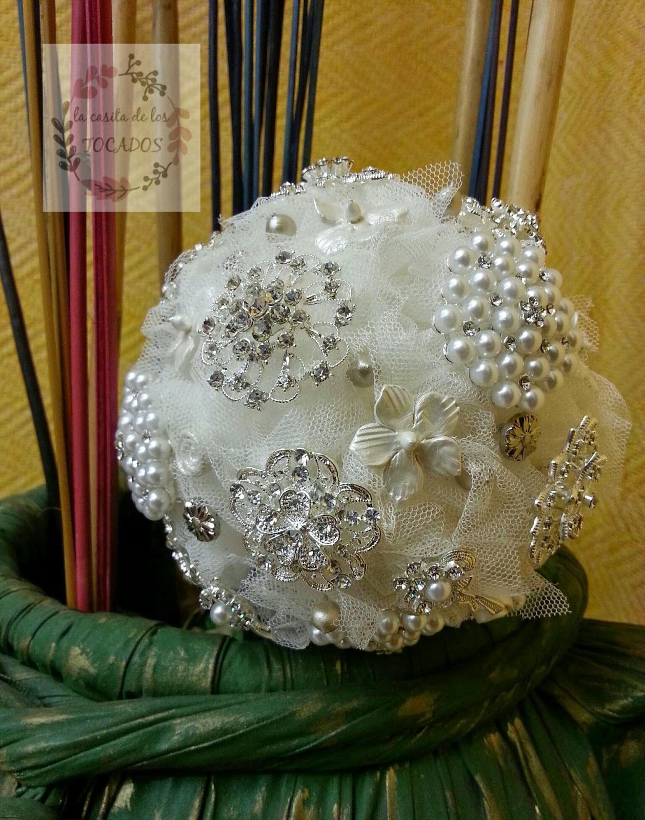 ramo de novia artesanal realizado con tul, broches y porcelana fría