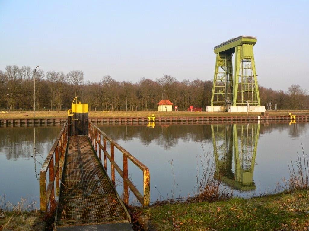 Schleuse Spiegelung Wasser Ruhrgebiet Frühling
