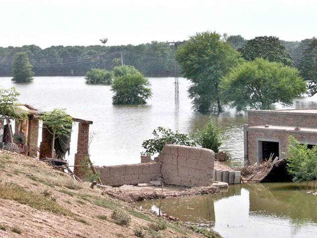 Flood in Pakistan, water flows,
