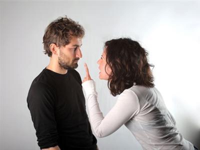 اشياء لا تقوليها لخطيبك - امرأة غاضبة تصرخ من رجل - angry woman shout at man